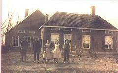 Oonk family in front of the Klaashuis farm.